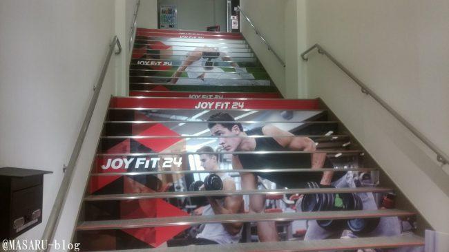 ジョイフィット24真砂店入口の階段