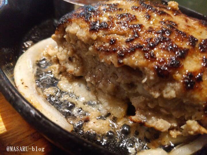 肉汁あふれるハンバーグの写真
