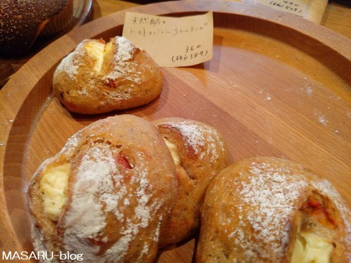 生瀬ヒュッテのトマトとバジルとチーズのパン
