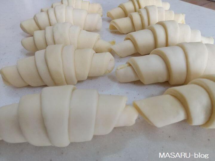 業務スーパーのグラスフェッドバターのクロワッサンの成形